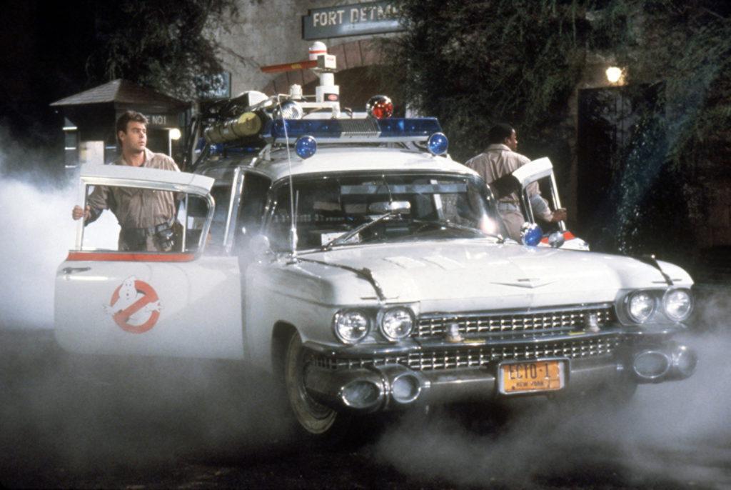 Los Cazafantasmas saliendo del Ecto-1 durante la película.